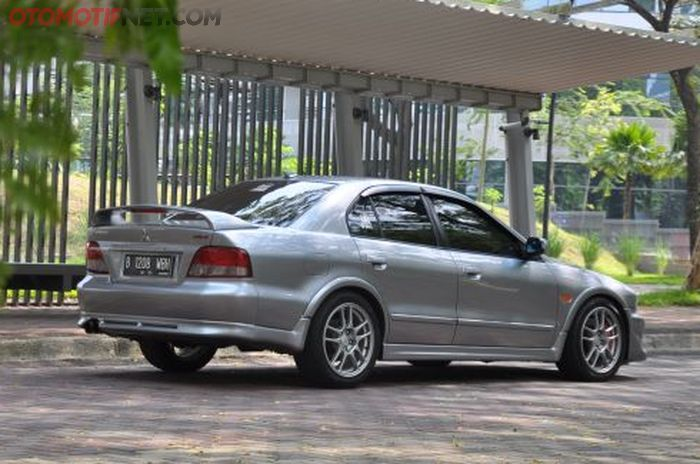 Mitsubishi Galant 'Hiu' milik Andrian, tampak belakang