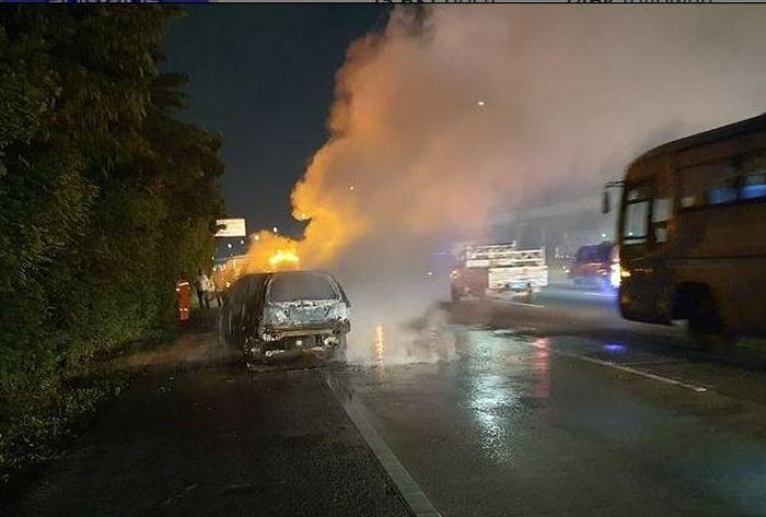 Tol Jagorawi KM 9/600, Cipayung, Jakarta Timur sempat tersendat karena Honda Stream terbakar