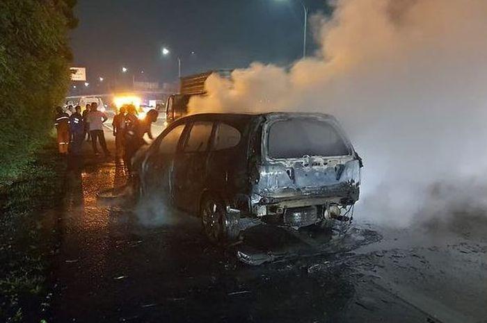 Honda Stream terbakar di tol Jagorawi KM 9/600, Cipayung, Jakarta Timur