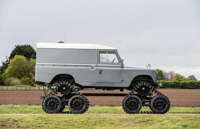 Tampilan samping modifikasi Land Rover lansiran 1958 pakai roda ala tank